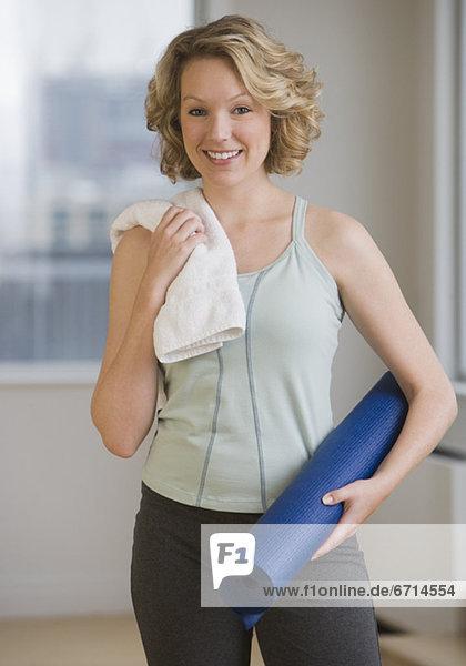 Frau  halten  Yoga  Matte