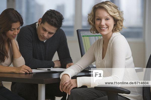 Geschäftsfrau  Schreibtisch  multikulturell
