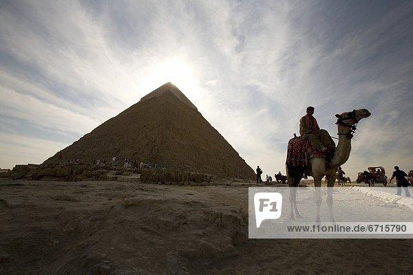pyramidenförmig  Pyramide  Pyramiden  Tourist  Pyramide