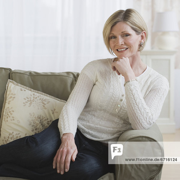 Frau sitzt auf einem Sofa