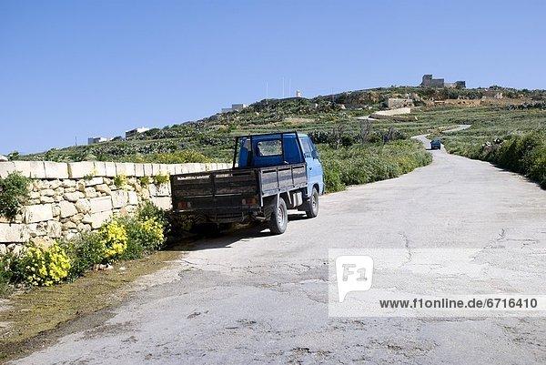 Ländliches Motiv  ländliche Motive  Fernverkehrsstraße  parken  Lastkraftwagen  Seitenansicht