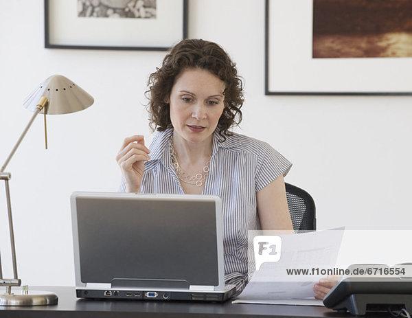 Geschäftsfrau Blick auf laptop