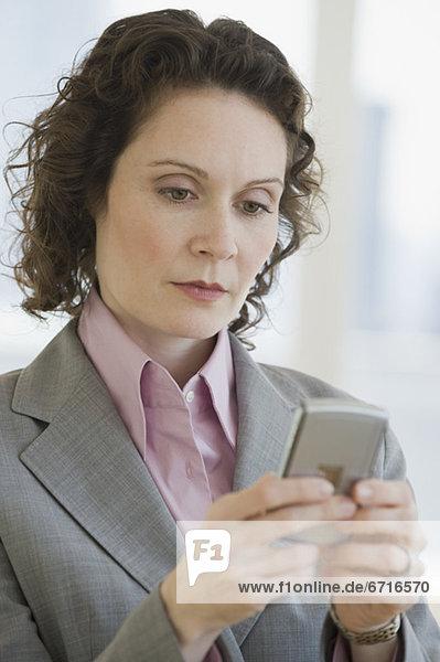Geschäftsfrau  sehen  Elektronik