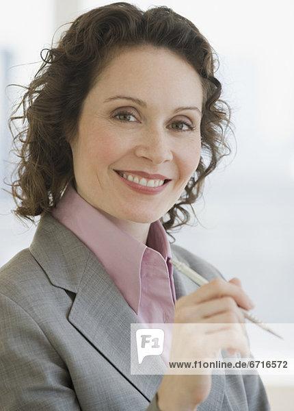 Stift  Stifte  Schreibstift  Schreibstifte  Geschäftsfrau  halten