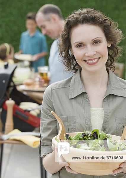 Frau Salat halten