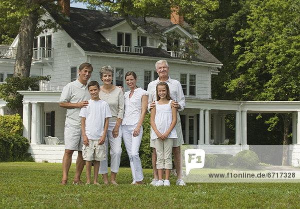 Pose Garten frontal Mehrgenerationen Familie