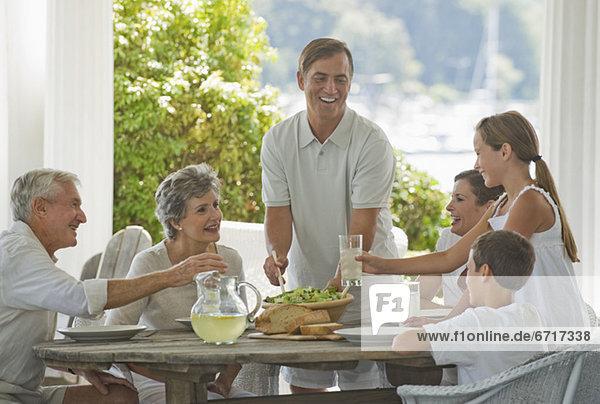 Vordach Mehrgenerationen Familie essen essend isst