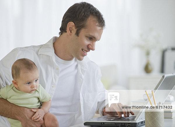 Notebook Menschlicher Vater Sohn arbeiten halten