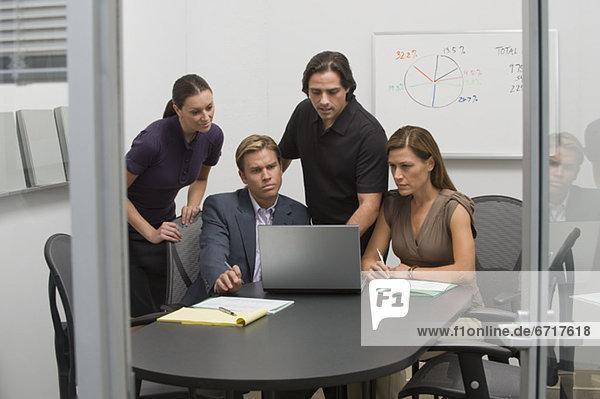 Mensch Notebook Menschen arbeiten Geschäftsbesprechung Besuch Treffen trifft Business