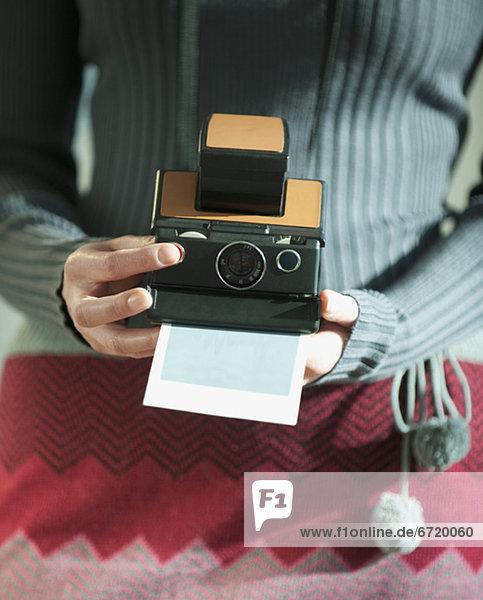 Frau hält Vintage-Kamera
