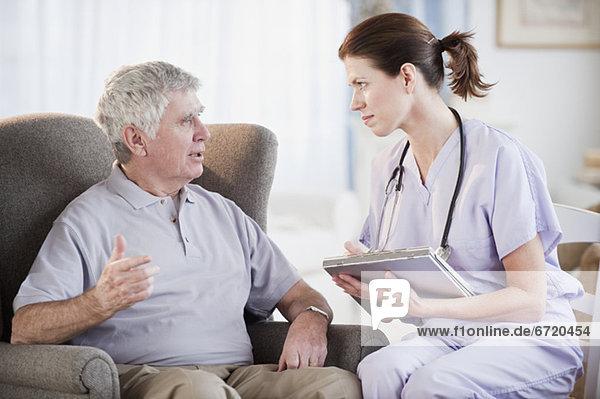 Senior Senioren Mann sprechen