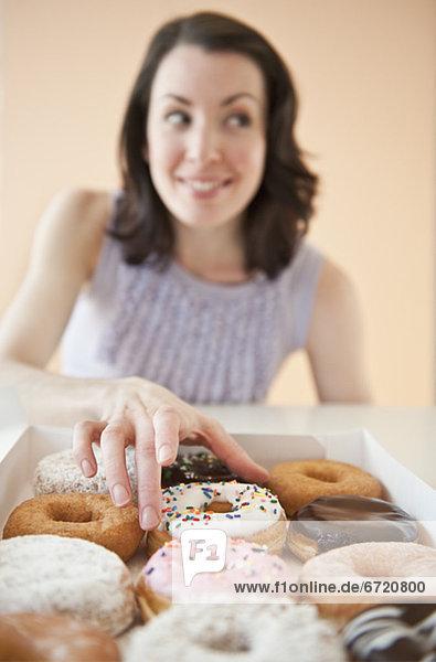 Frau  Donut  aufheben
