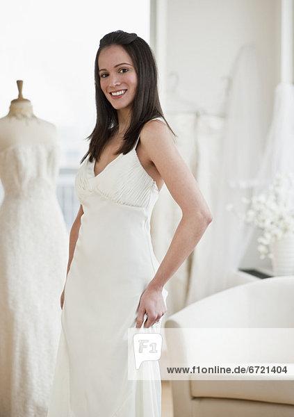 anprobieren  Portrait  Frau  Hochzeit  Kleid