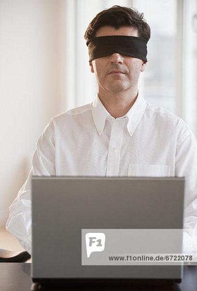 benutzen  Notebook  Geschäftsmann  Blinde Kuh