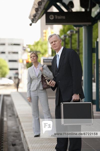 Mensch  zwei Personen  Menschen  2  Business  Haltestelle  Haltepunkt  Station  Zug Mensch ,zwei Personen ,Menschen ,2 ,Business ,Haltestelle, Haltepunkt, Station ,Zug