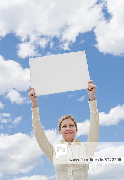 Frau hält ein leeren Zeichen Frau hält ein leeren Zeichen