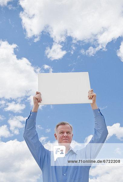 Mann  hält ein leeren Zeichen Mann, hält ein leeren Zeichen