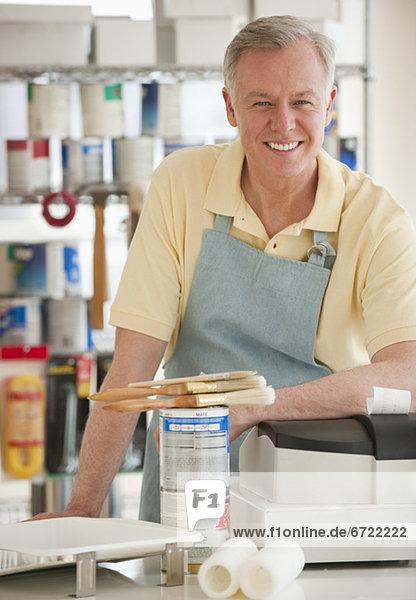 Mann arbeiten Laden Farbe Farben bemalen Mann,arbeiten,Laden,Farbe,Farben,bemalen
