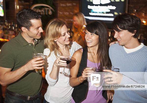 Freunde bei Bar