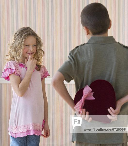 verstecken  Junge - Person  Schokolade  jung  Mädchen