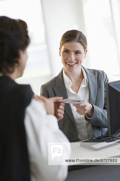 Frau  geben  Fahrschein  Büro  Kunde