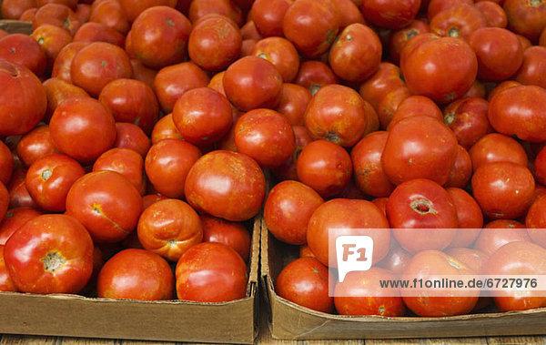 hoch  oben  nahe  Tomate  Pappschachtel  Pappkarton  Pappe