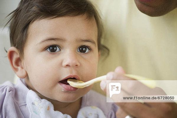 Löffel  Kunststoff  essen  essend  isst  Mädchen  Baby