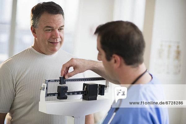 Vereinigte Staaten von Amerika  USA  Patientin  Waage - Messgerät  Hilfe  Arzt  Krankenhaus  Gewicht  Jersey City  New Jersey