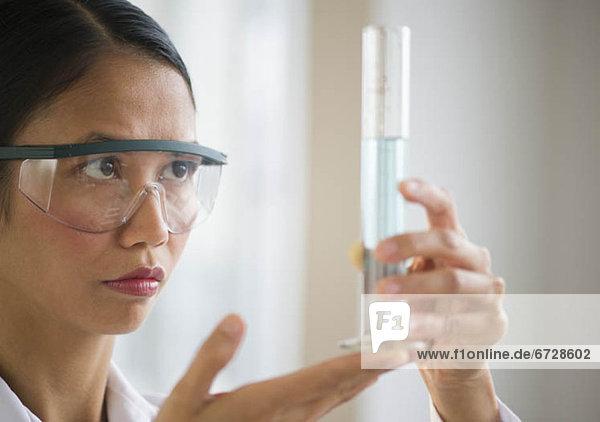 Vereinigte Staaten von Amerika  USA  Prüfung  Wissenschaftler  halten  Chemikalie  Jersey City  New Jersey