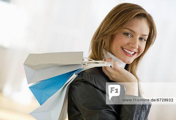 Vereinigte Staaten von Amerika  USA  Portrait  Frau  Tasche  kaufen  jung  Jersey City  New Jersey