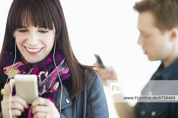 Mensch  zwei Personen  Menschen  Spiel  2  jung  MP3-Player  MP3 Spieler  MP3 Player  MP3-Spieler