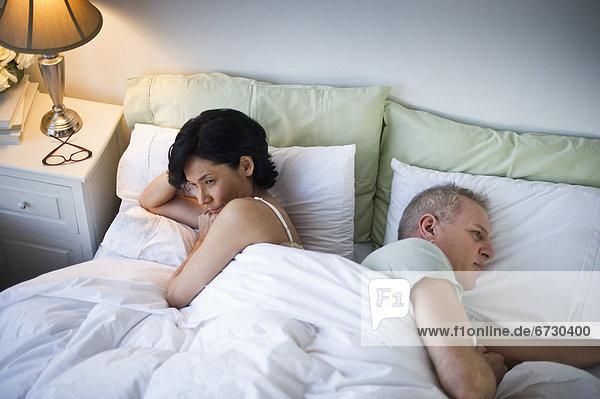 liegend liegen liegt liegendes liegender liegende daliegen Bett reifer Erwachsene reife Erwachsene