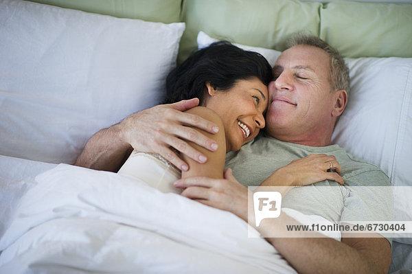 liegend liegen liegt liegendes liegender liegende daliegen Fröhlichkeit Bett reifer Erwachsene reife Erwachsene