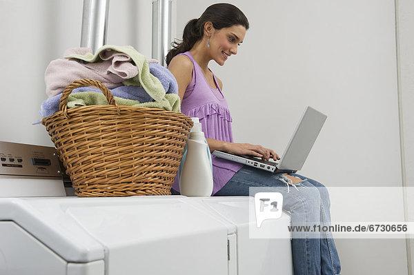 benutzen Frau Notebook Wäsche