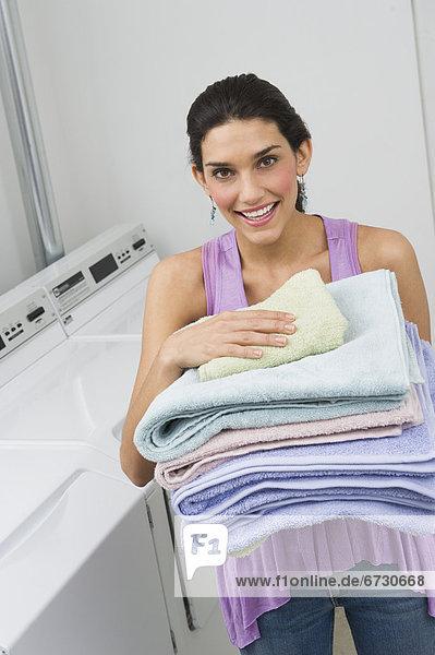 Frau Frische Handtuch halten Stapel