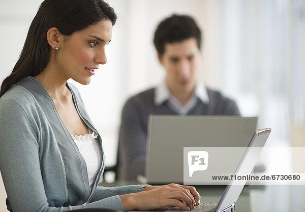 benutzen  Frau  Mann  Notebook  Büro  Business