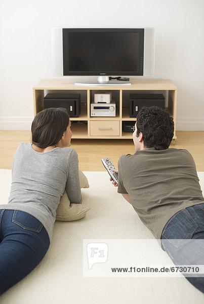 liegend liegen liegt liegendes liegender liegende daliegen Boden Fußboden Fußböden sehen Fernsehen