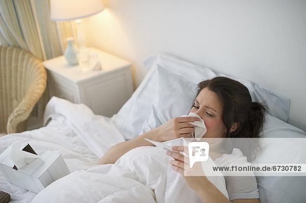 liegend liegen liegt liegendes liegender liegende daliegen Frau Bett Grippe