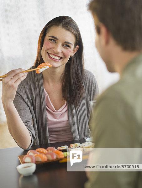 Sushi  jung  essen  essend  isst