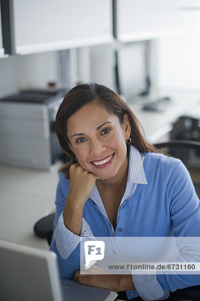 Vereinigte Staaten von Amerika  USA  Portrait  Frau  lächeln  Büro  Jersey City  New Jersey
