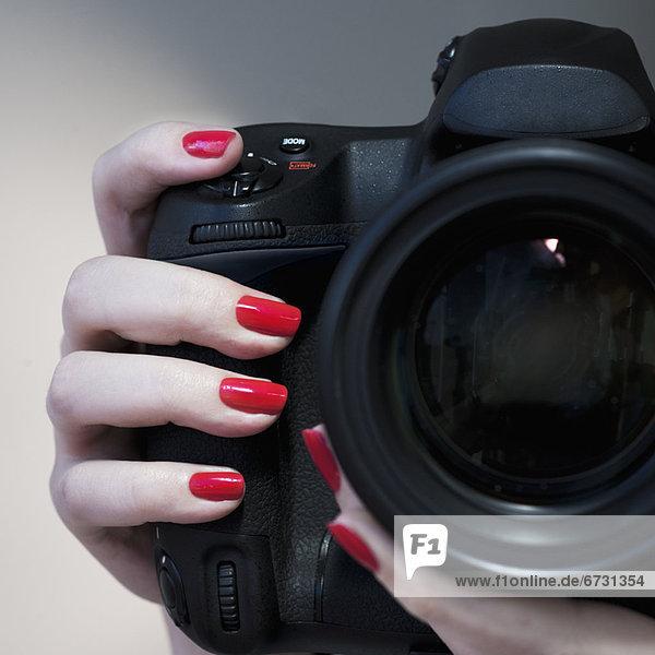 hoch  oben  nahe  Frau  halten  rot  polieren  Nagel  polnisch