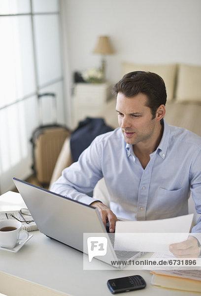 Interior  zu Hause  benutzen  Mann  Notebook  Büro Heimarbeitsplatz