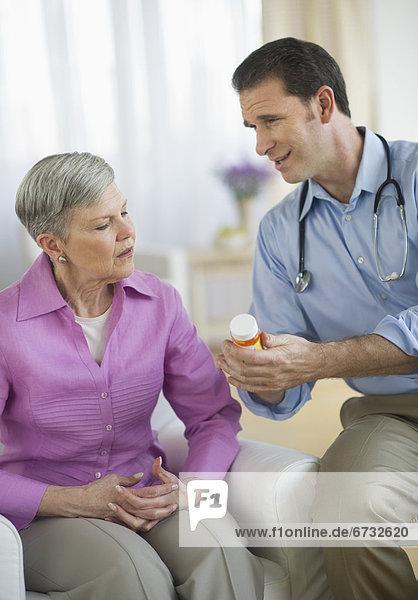 Senior Senioren Frau geben lächeln Arzt Gesundheitspflege Flasche