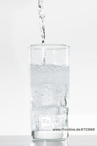 Wasser  Glas  eingießen  einschenken  schießen  Studioaufnahme