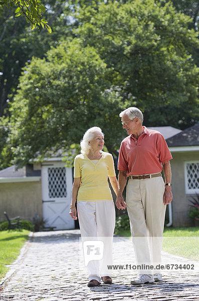 Senior Senioren gehen Garten