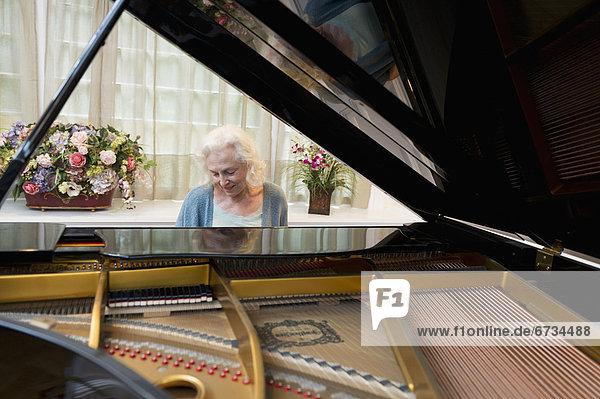 ältere Frau Klavier spielen