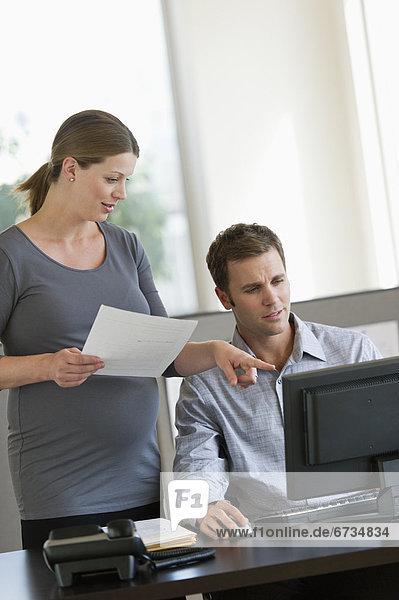 Frau  Kollege  arbeiten  Schwangerschaft  Büro  jung