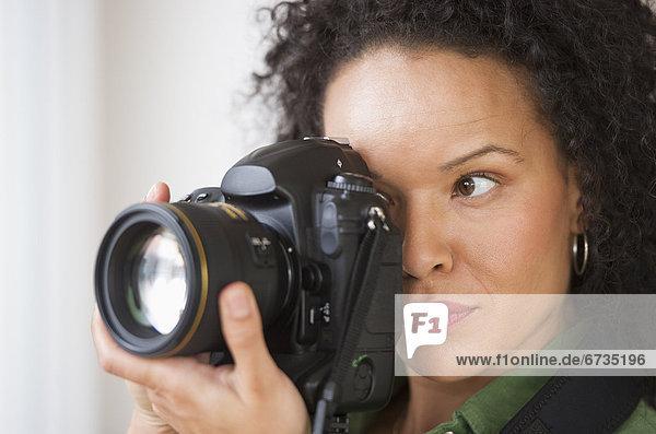 Frau aufnehmen von Bildern mit Digitalkamera