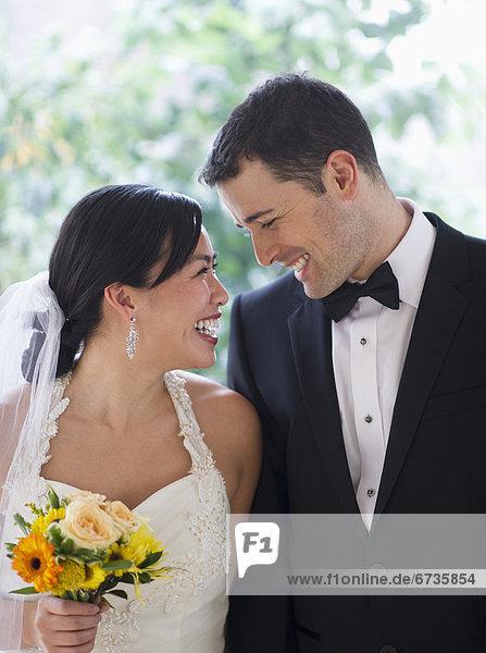 Braut und Bräutigam Blick auf einander