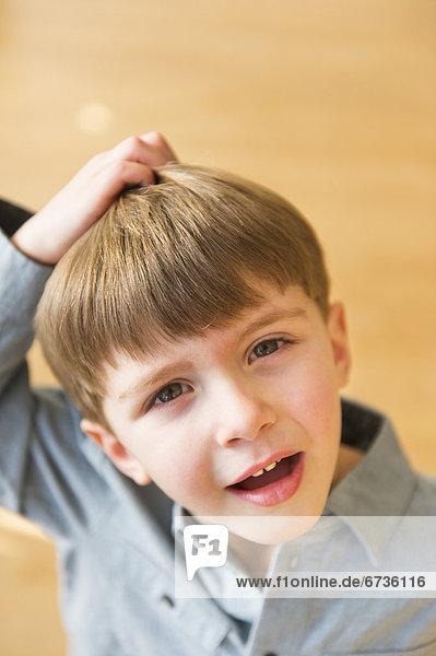 Portrait  Junge - Person  5-6 Jahre  5 bis 6 Jahre  kratzen